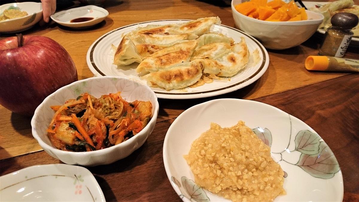 餃子と、納豆おろしと、近所のマダムの美味しいキムチ。