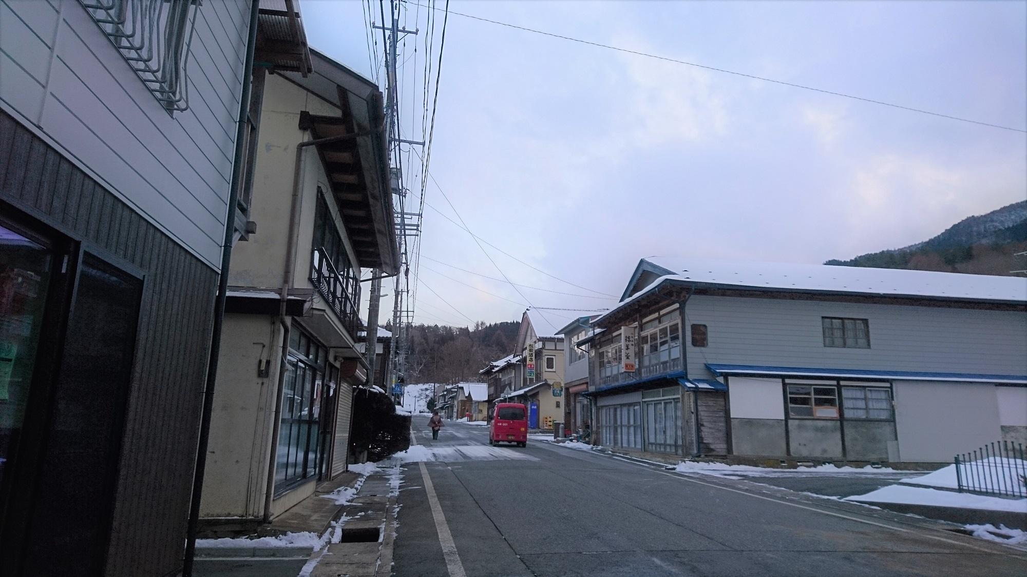 小友銀座、冬の空。郵便局のくるまって、風景に溶け込むなぁ。