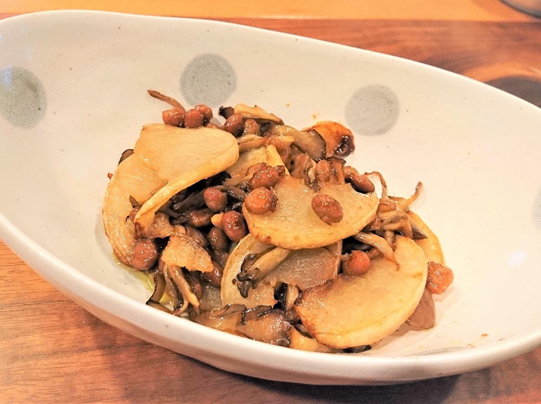 カブとしめじの納豆炒め。この日は小粒納豆で。