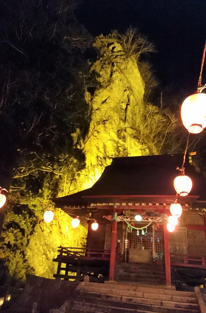 巌龍神社と不動岩とちょうちん。